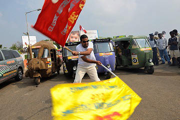 Rickshaw Challenge Deccan Odyssey tuk tuk race in India start flag