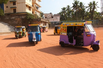 Rickshaw Challenge in India from the Travel Scientists. Race tuk tuks! The rally starts with a training and we all become certified rickshaw drivers.